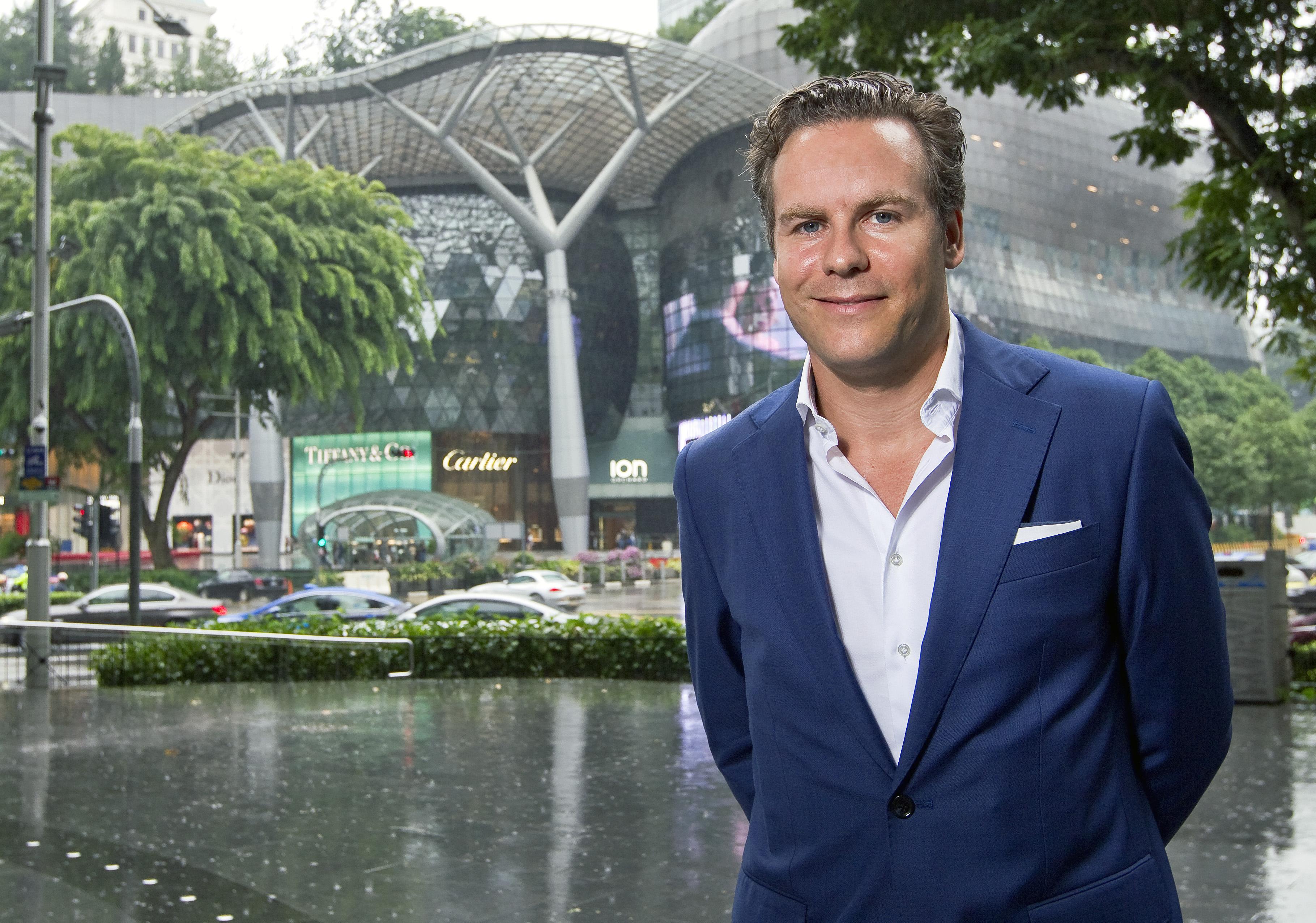 Floris Weisz van IMG in Singapore voor zijn kantoor. FOTO: RAYMOND KERCKHOFFS